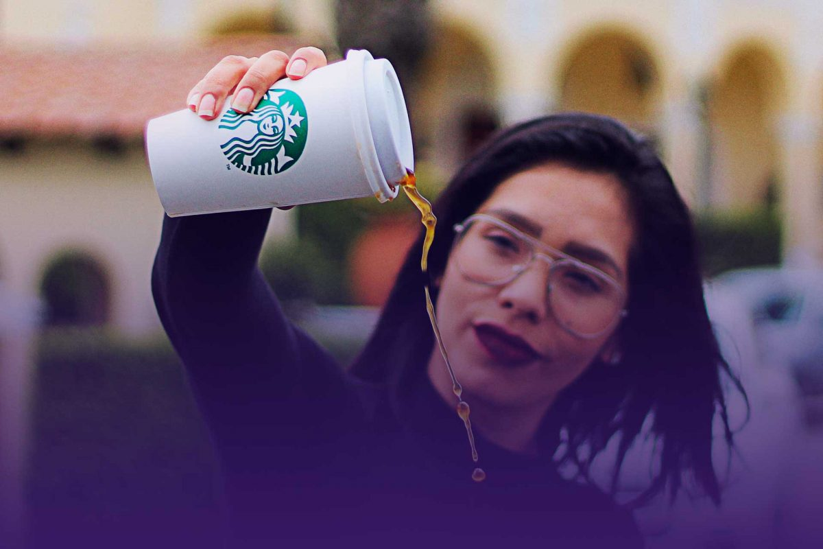 #Starbucks | VIDEO: Mujer le arrojó un frappuccino a estudiante